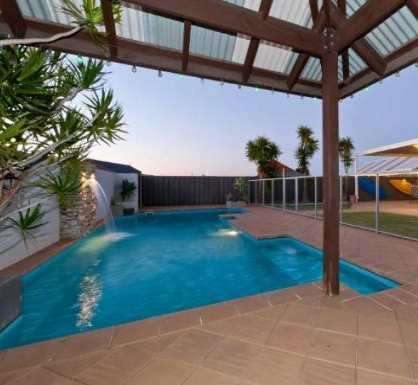 BEACH PARADISO LARGE 5 BEDROOM HOME WITH HUGE POOL - Image 1 - Quinns Rocks - rentals
