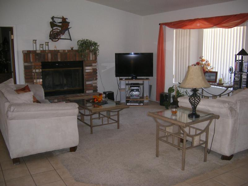 Living area - BEAUTIFUL 3 bd HOME CLOSE TO RIVER, LAKE CASINOS - Bullhead City - rentals