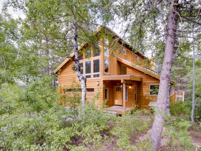 Spacious lodge with shared pool and hot tub in a lovely wooded spot - Image 1 - Truckee - rentals