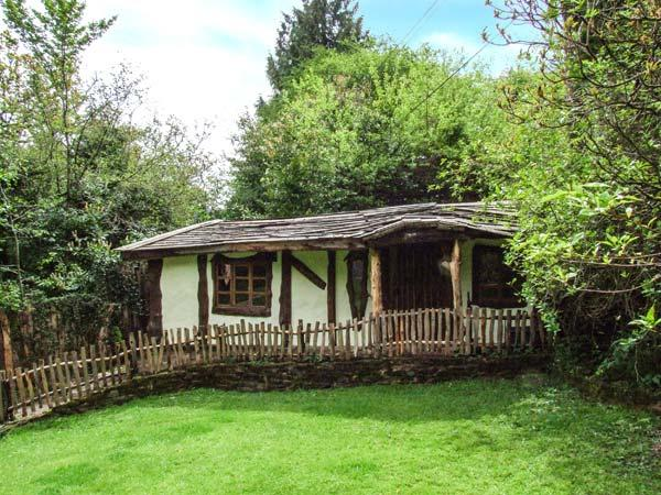 BROOKBANK FOLLY, romantic, character holiday cottage, with a garden in Mitcheldean, Ref 6733 - Image 1 - Mitcheldean - rentals