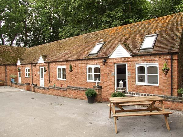 FINWOOD COTTAGE 2, all ground floor, open plan, shared garden, shared swimming pool, near Warwick & Royal Leamington Spa, Ref 925844 - Image 1 - Warwick - rentals