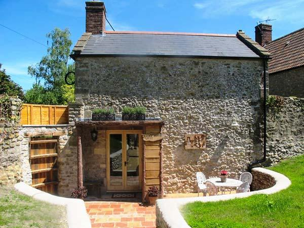 CIDER HOUSE WEST, quirky cottage, king-size bed, freestanding bath, woodburner, pet-friendly, in Bruton, Ref 926938 - Image 1 - Bruton - rentals