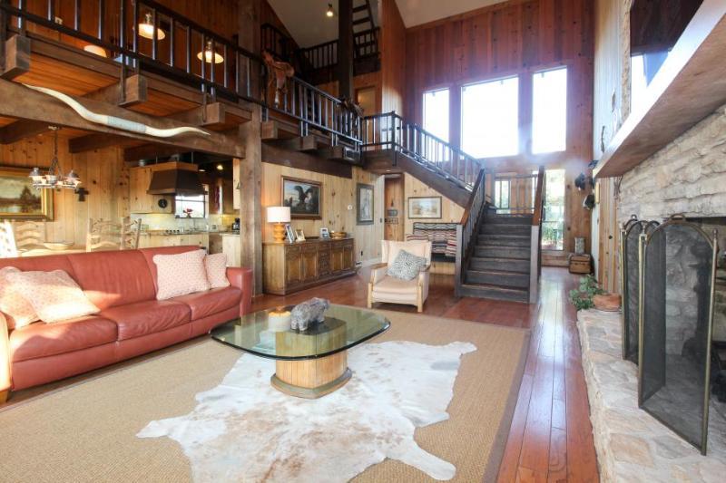 Gorgeous lodge on Lake Travis w/ a shared pool, marina, & more! - Image 1 - Lago Vista - rentals