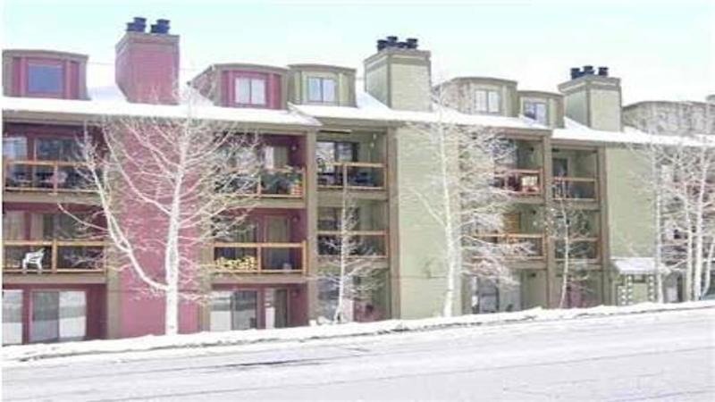 Location location Location! directly across from Park City Mountain Resort.  3 min walk to ski lifts - Gorgeous condo steps 2 Park City ski lifts sleep 6 - Park City - rentals