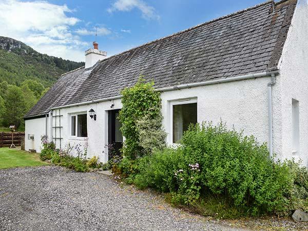 GLEN CROFT COTTAGE, detached, single-storey, on holiday park, Loch Ness ten mins walk, in Invermoriston, Ref 906559 - Image 1 - Invermoriston - rentals