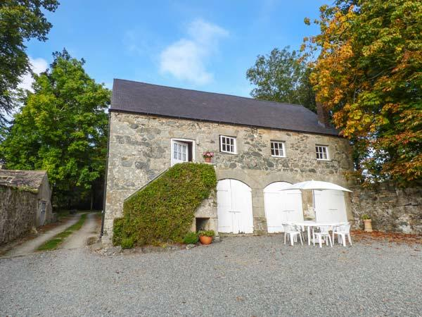 HENBLAS COACH HOUSE, character cottage, mezzanine bedrooms, woodburner, pet-friendly, in Malltraeth, Ref 929533 - Image 1 - Malltraeth - rentals