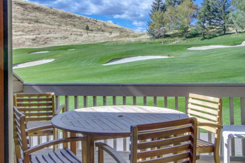 Condo w/golf course views , shared pool & hot tub, adjacent to slopes! - Image 1 - Sun Valley - rentals