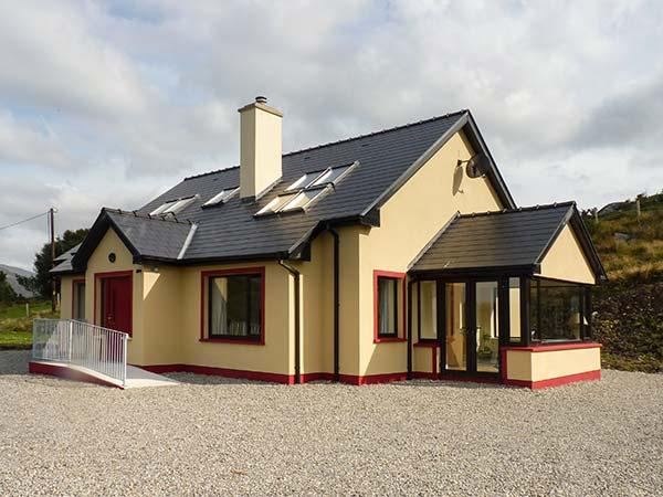 CURRAHA, family holiay home, solid fuel stove, open plan, gardens, in Lauragh, Ref 928191 - Image 1 - Lauragh - rentals