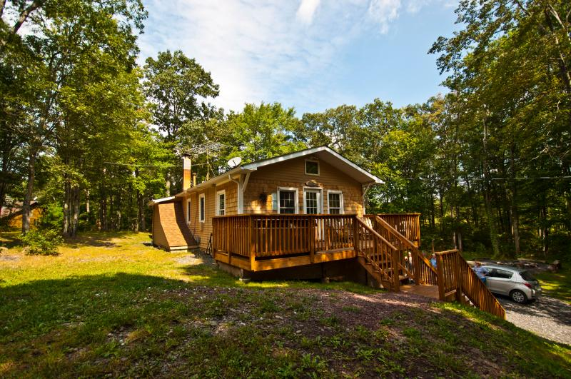 Private 4 Bedroom Retreat on 10 Acres--Hot Tub!! - Image 1 - Dingmans Ferry - rentals