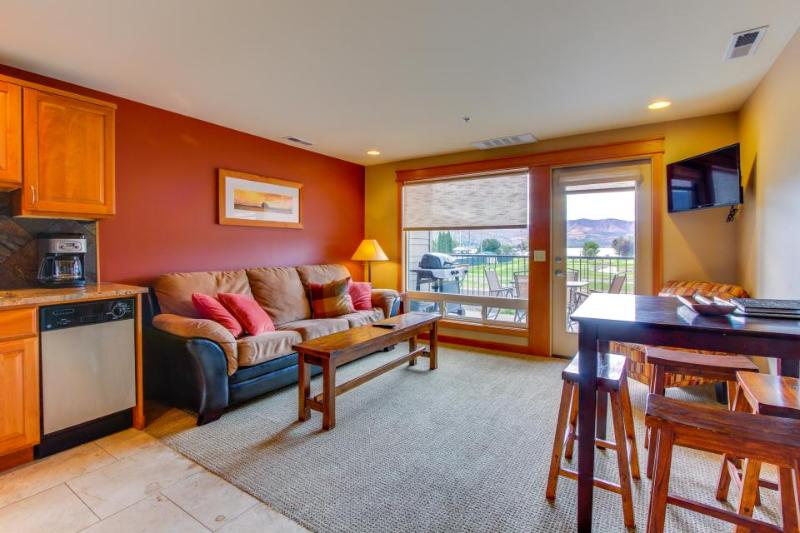 Cozy and inviting condo with balcony & shared pool, right near town & lake! - Image 1 - Chelan - rentals