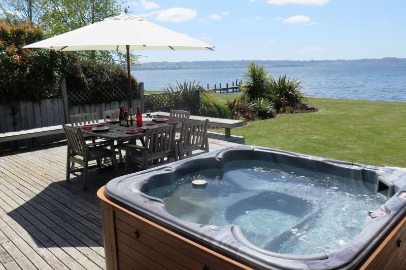 Private lakeside spa and BBQ setting - Waikuta Lakeside Lodge Rotorua - Rotorua - rentals