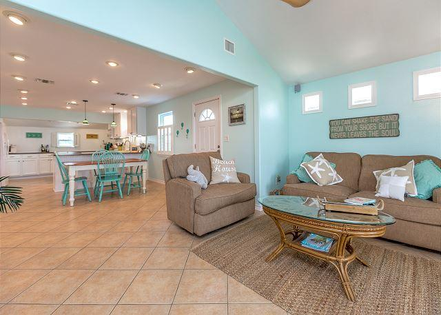 Open Floor Plan - Flirty Flamingo, Boat Parking, WiFi, In Town, Walking Distance to Everything - Port Aransas - rentals