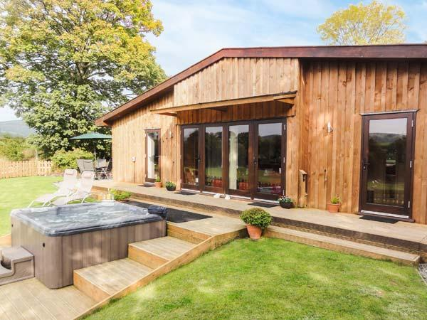 SYCAMORE LODGE, luxury accommodation, hot tub, large garden, excellent walking, near Rhayader, Ref 915502 - Image 1 - Rhayader - rentals