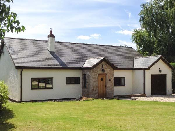 ROSE COTTAGE, detached country cottage with hot tub, en-suite, WiFi, close Denbigh Ref 916114 - Image 1 - Llandyrnog - rentals