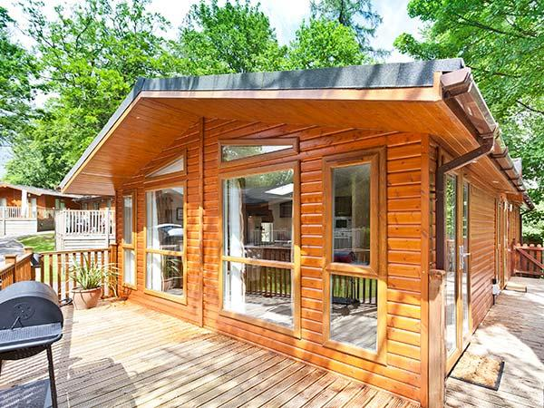 BEECH HILL LODGE, quality lodge with lake views, WiFi, deck, on-site facilities, close Bowness Ref 926888 - Image 1 - Bowness-on-Windermere - rentals