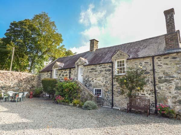 HENBLAS GRANARY, first floor character cottage, pet-friendly, large shared grounds, in Malltraeth, Ref 929534 - Image 1 - Malltraeth - rentals