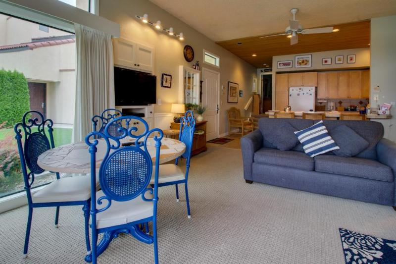 Lakefront w/ shared pools, hot tub, dock, beach access! - Image 1 - Chelan - rentals