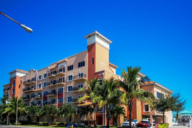 Tropical escape w/ community pool, sauna & hot tub - right on the Gulf - Image 1 - Madeira Beach - rentals