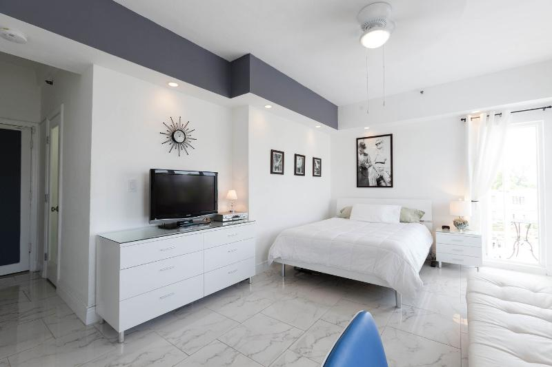 Living Room - South Beach StudioThe Mantell. Beach one block! - Miami Beach - rentals
