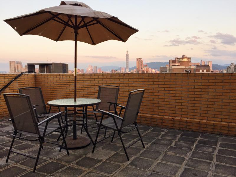 The biggest surprise awaits for you is the 20 square meter terrace. - MRT Dongmen,Yongkang Street, Loft in Downtown TAIP - Taipei - rentals