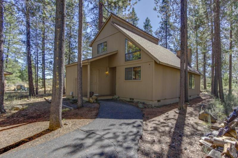 Cozy, dog-friendly home w/private hot tub, SHARC access - Image 1 - Sunriver - rentals