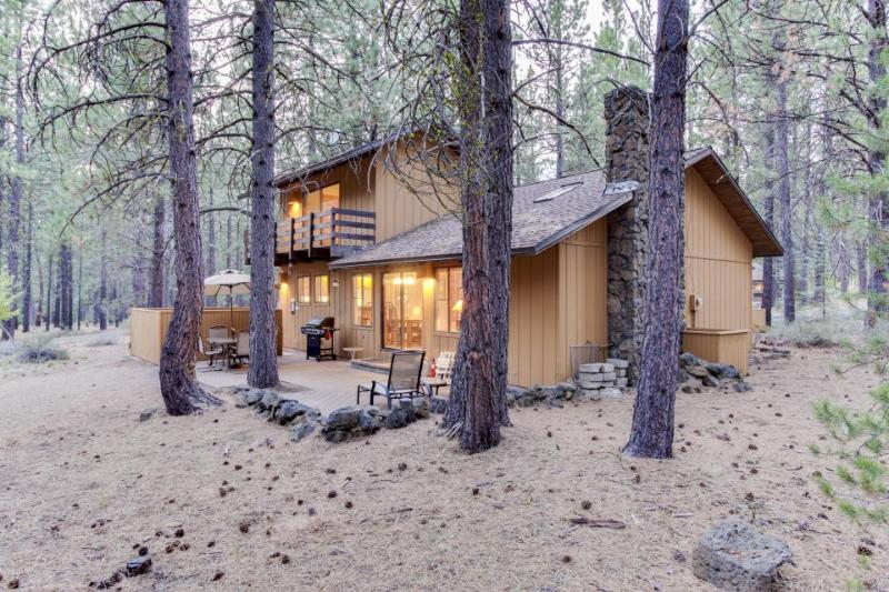 Dog-friendly abode w/ private hot tub plus SHARC passes & access - Image 1 - Sunriver - rentals