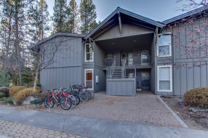 Sunriver condo close to the Village w/ spacious deck & SHARC access - Image 1 - Sunriver - rentals