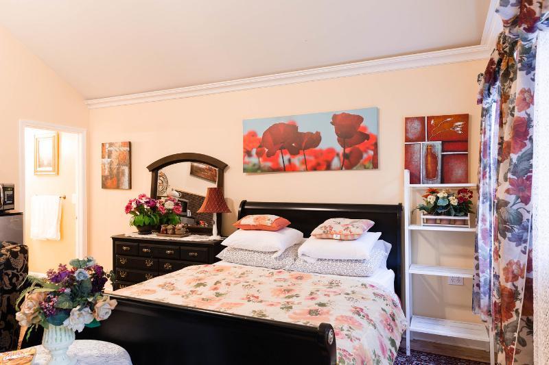 The Master Bedroom - Big studio queen bed in garden coach house - Chicago - rentals