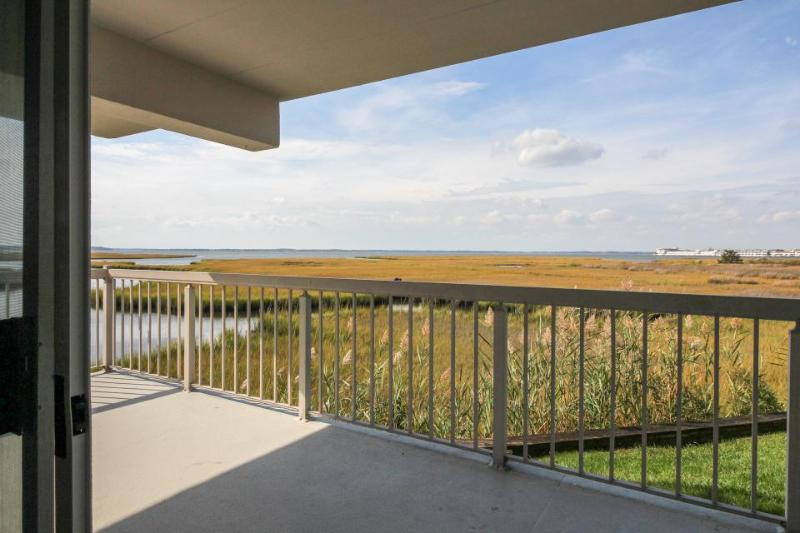 Bayfront views, a shared hot tub & pool, just steps away to beach! - Image 1 - Ocean City - rentals