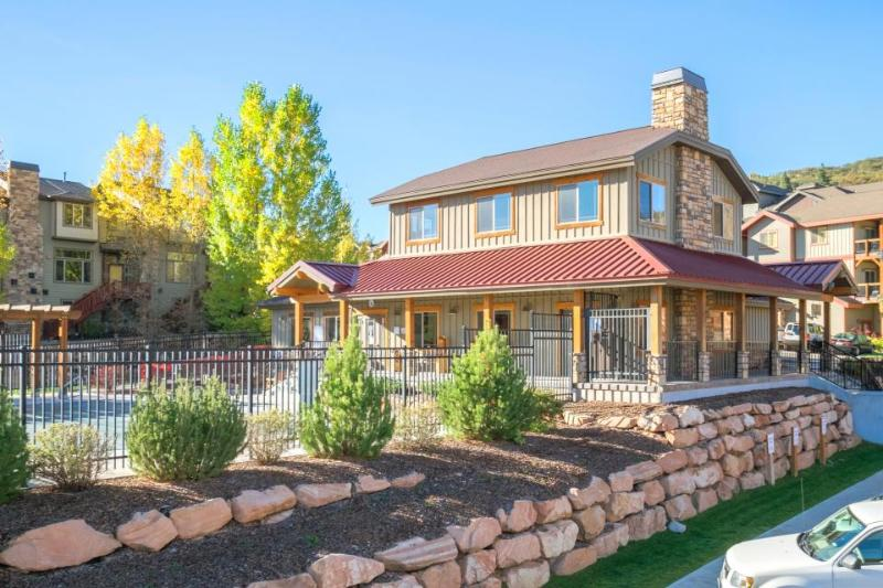 Classic, dog -friendly townhome w/private hot tub and shared pool access! - Image 1 - Park City - rentals