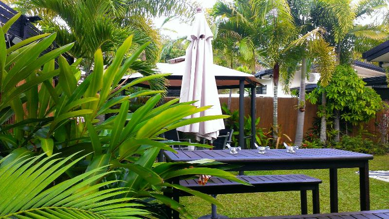 Relax in your own tropical gardens - Beach house, pool, spa bath, 1 block to beach - Cairns - rentals