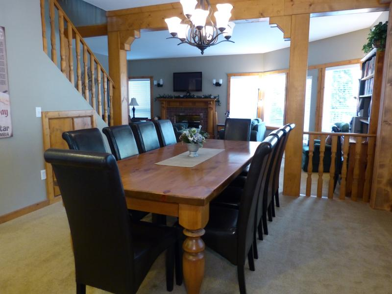 Dining Room seats up to 12 people. High chair /play pen available if needed - Mountain View Chalet, Silver Star Mountain, B.C. - Silver Star Mountain - rentals