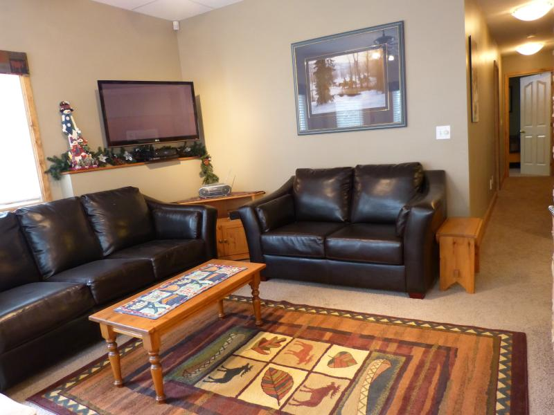 Living Room with Gas Fireplace - Mountain View Suite at Silver Star Mountain, B.C. - Silver Star Mountain - rentals