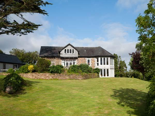 PENARVON HOUSE, luxury house, en-suites, games room, mooring available, in Helford, Ref 922613 - Image 1 - Helford - rentals