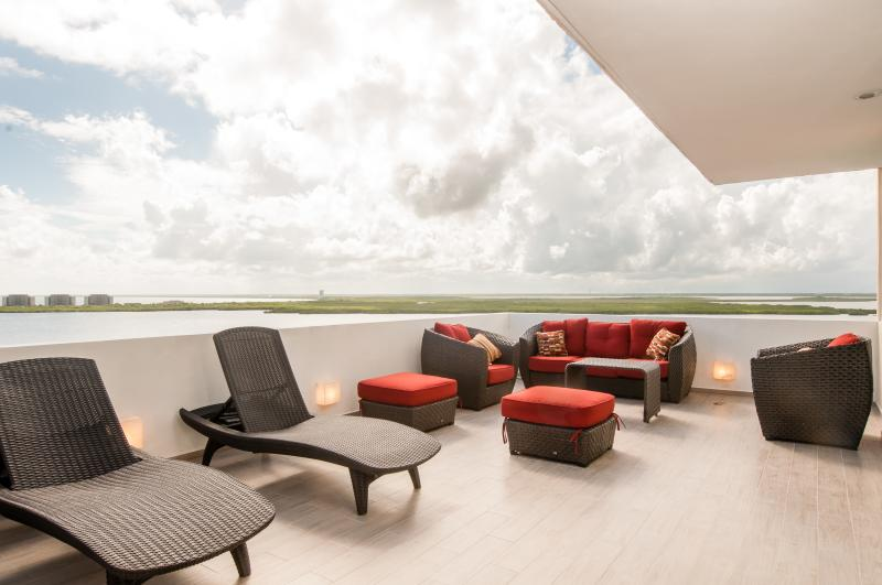 Located directly on the ocean in Cancun, the main view is the bay, there is also an ocean view. - Penthouse #2704 - Spacious and Beautiful Penthouse - Cancun - rentals