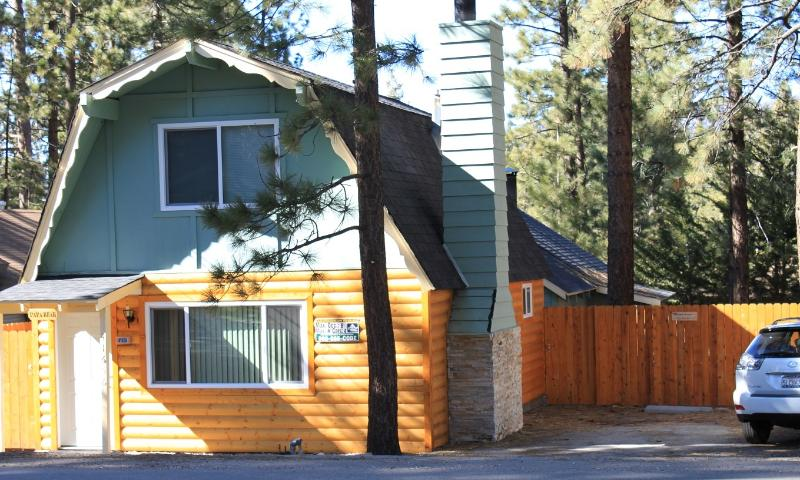 Front of the property. Parking on the right (up to 3-4 cars). - Cozy Houses 2 units, close to Ski, Lake, & Village - City of Big Bear Lake - rentals