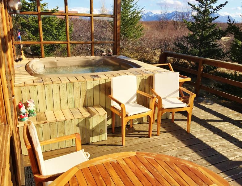Hot tub and outdoor dining on the patio. - Peaceful location, Beautiful and Cosy Cottage - Borgarnes - rentals