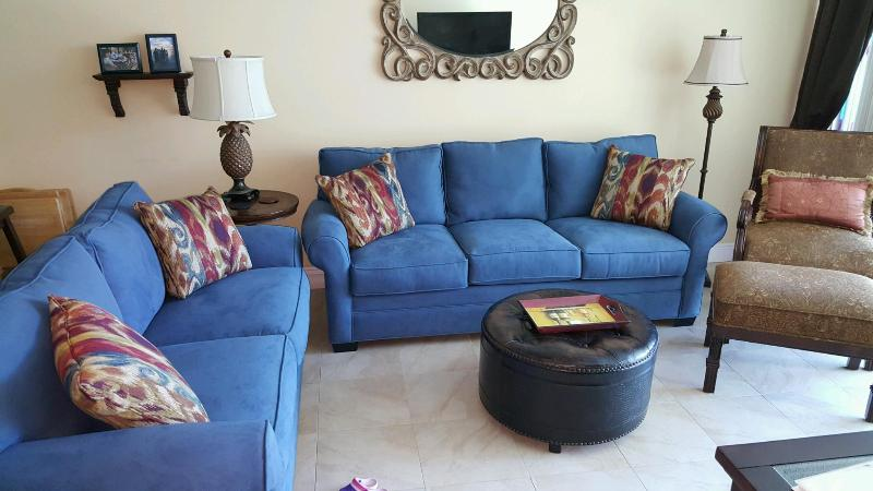 Comfortable living room with large flat screen tv & seating for 6 adults - 3BR Moon Bay Condo, Boat Slip, Sunsets - Key Largo - rentals
