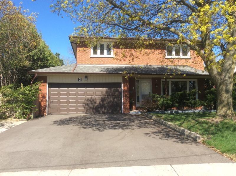 Front of house with large private driveway for parking cars - Large Private 4 Bedroom House Convenient Location - Toronto - rentals