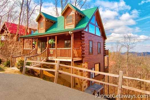 Exterior Front View with Parking Area at Tree Top Lodge - TREE TOP LODGE - Sevierville - rentals