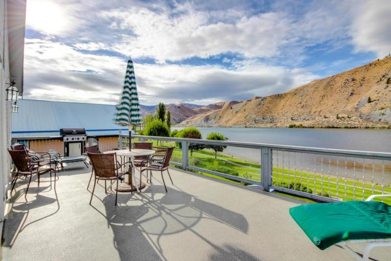Comfy waterfront home w/ Columbia River views, private hot tub & shared pool! - Image 1 - Orondo - rentals