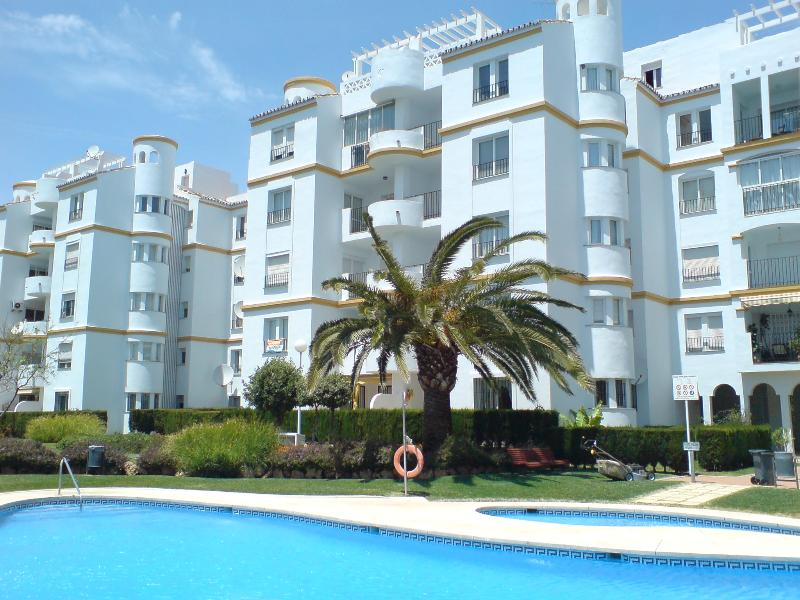 In front of the beach. Pool, garage, tennis. Gated complex with gardens & views. Special families - In Front Of The Beach - Specialy For Families - Benalmadena - rentals