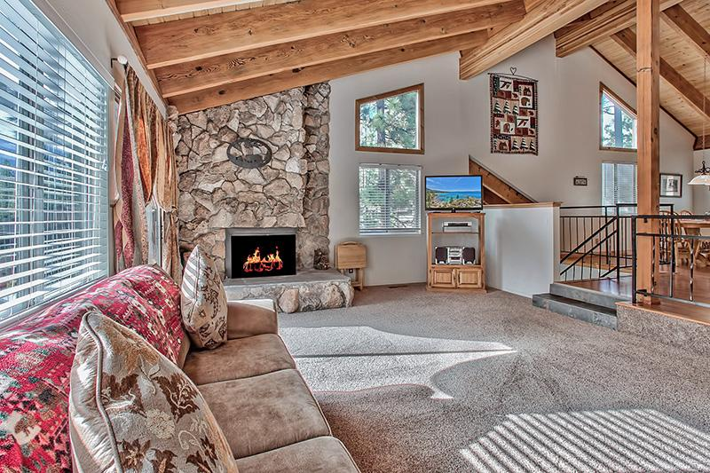 "Living room 40"" flat screen TV w/ 140 + cable stations. 2 Queen Sofa beds, Gas log fireplace. - Hot tub WIFI, Chef's KitchenNear Casinos/Heavenly - Stateline - rentals"