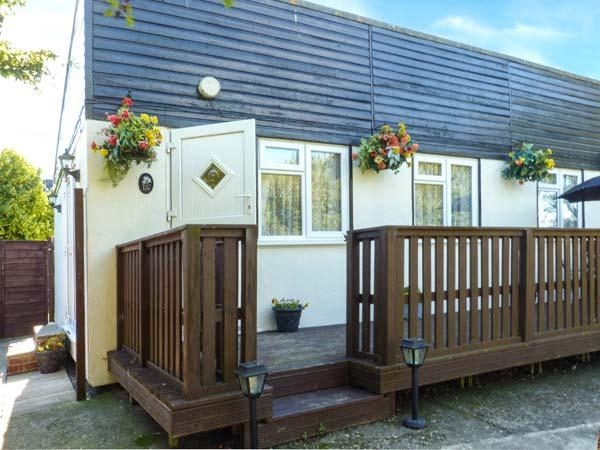 PEACEHAVEN, pet-friendly, enclosed garden, leisure facilities on-site, Earnley - Image 1 - Earnley - rentals