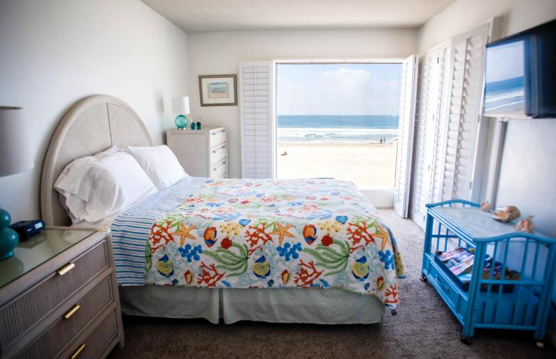 118 missionbeachretreat   ocean front on the sand - Image 1 - Pacific Beach - rentals