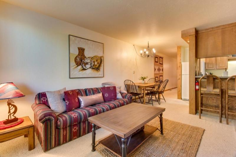 Dog-friendly with ski-in/ski-out access, shared pool, hot tub & more! - Image 1 - Truckee - rentals