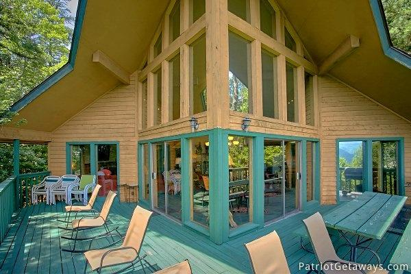 Main Level Deck at Smokies Paradise Lodge - SMOKIES PARADISE LODGE - Pigeon Forge - rentals