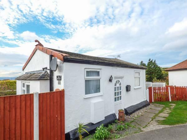 LITTLE BRYN FFYNNON, detached chalet, en-suite bedroom, enclosed garden, ideal for a couple, in Prestatyn, Ref 929230 - Image 1 - Prestatyn - rentals