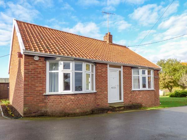 GLENHAVEN, single-storey cottage, country village setting, garden, Sweffling, Snape Ref 930270 - Image 1 - Snape - rentals
