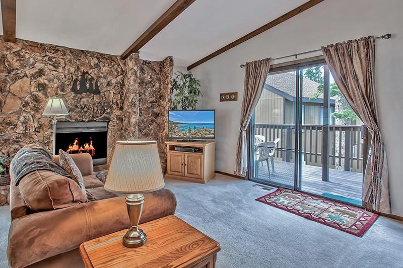 "Living room: 2 queen sofa beds, 40"" flat screen TV w/Dish satellite, Pvt  deck, Gas log fireplace. - WIFI,LAKE, HEAVENLY/CASINOS NEAR $1085 WEEK TOTAL! - Stateline - rentals"